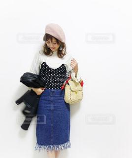 ドットビスチェを着てお出かけする30代女性の写真・画像素材[1095308]