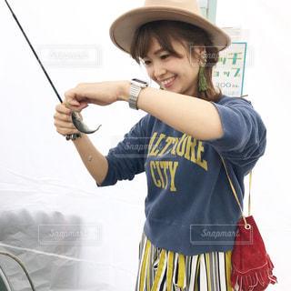 アウトドアフェスで魚釣りしてをして魚を釣って喜ぶと女性の写真の写真・画像素材[1100780]