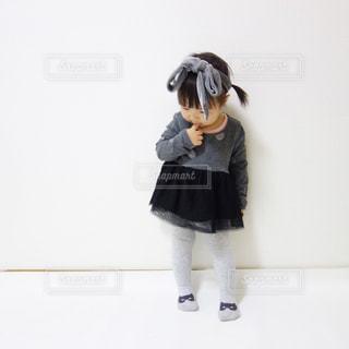 黒のドレスを着ている女性の写真・画像素材[1105694]