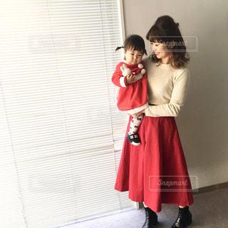 赤白コーデクリスマスコーデのママと女の子の写真・画像素材[1105707]
