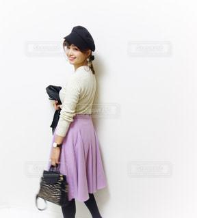 紫色のスカートを履いたデート服の女性の写真・画像素材[1105710]