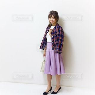 紫のスカートにツイードジャケットのデート服の女性の写真・画像素材[1105715]