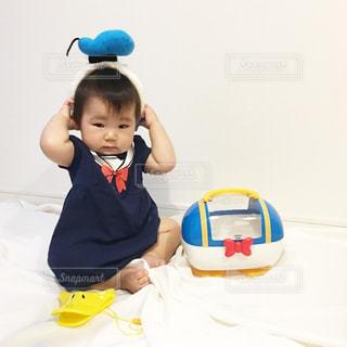 テーブルに座っている小さな子供の写真・画像素材[1105731]