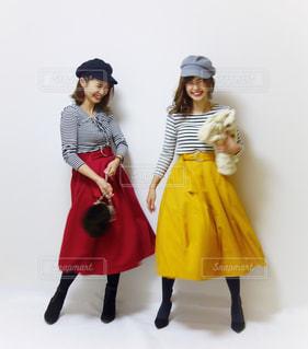 お揃いのマリンコーデを着た女性2人の全身写真の写真・画像素材[1105756]