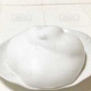洗顔料を泡立ててお皿にの写真・画像素材[1105764]