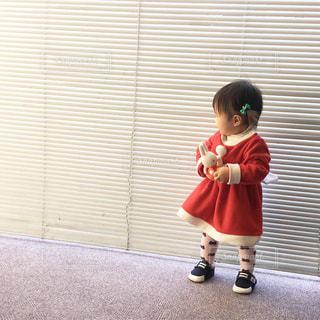 窓の前で立っている女の子の写真・画像素材[1105769]