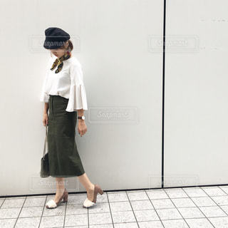 ドアの前に立っている人の写真・画像素材[1105774]