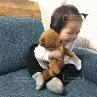テディベアを保持している小さな男の子の写真・画像素材[1105775]