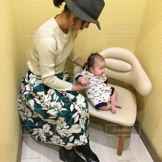 赤ん坊を持っている人の写真・画像素材[1105779]