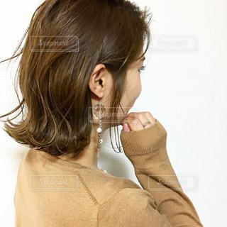 ピアスをつけた外ハネボブヘアの女性の写真・画像素材[1105790]
