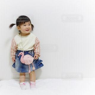 テディベアを保持している小さな女の子の写真・画像素材[1105794]
