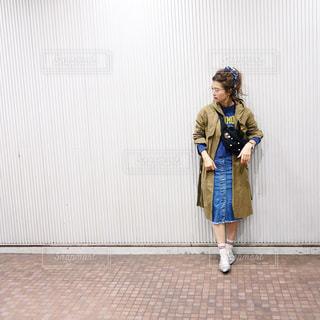 ドアの前に立っている人の写真・画像素材[1105795]