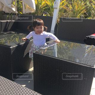 テラス席ではしゃぐ子供の写真の写真・画像素材[1105797]