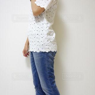 服を着た女性の横向きウエストの写真・画像素材[1105802]