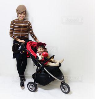 親子バレンタインコーデでチョコ入りハートをベビーカーで運ぶよの写真・画像素材[1105807]
