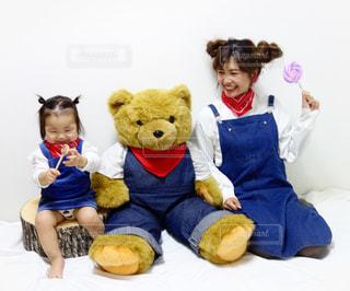 大きなクマのぬいぐるみと同じコーデで笑うママと娘 - No.1105810