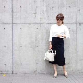 人と建物の前に立っている女性の写真・画像素材[1122588]