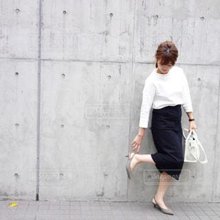 歩道に立っている人の写真・画像素材[1122589]