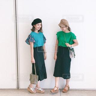 緑のリンクコーデで立っている双子姉妹の全身の写真・画像素材[1433103]