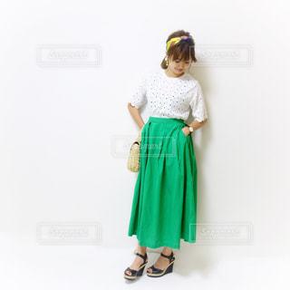 緑のスカートコーデの写真・画像素材[1433121]