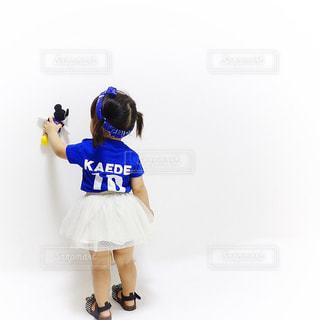 サッカー日本代表ユニフォームを着ている女の子の写真・画像素材[1433132]