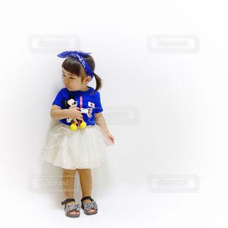 サッカー日本代表ユニフォームを着た女の子の写真・画像素材[1433136]