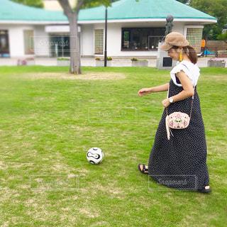 フィールド上のボールを投げる人の写真・画像素材[1448510]