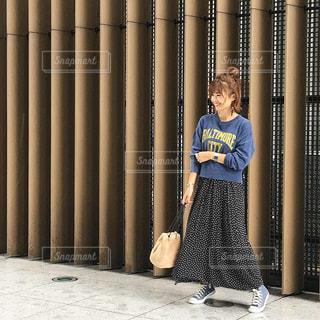 トレーナーに水玉スカートの秋コーデ女性の全身の写真・画像素材[1510077]