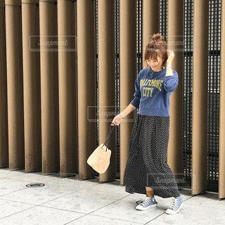 トレーナーに水玉スカートの秋コーデの女性の写真・画像素材[1510078]