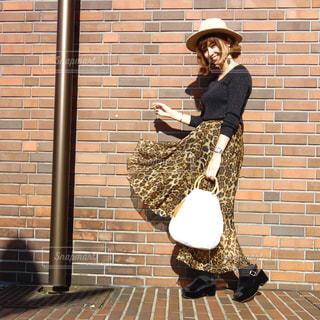 ひょう柄フレアスカートがひらりんした女性のコーデの写真・画像素材[1529887]