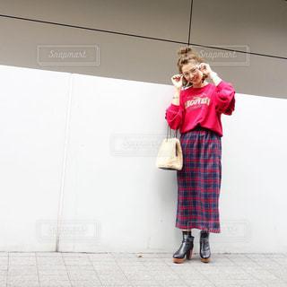ロゴスウェットとチェックスカートを穿いためがね女子コーデの写真・画像素材[1529893]