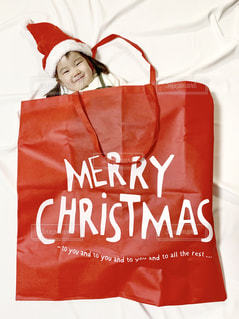 大きなクリスマスプレゼントから飛び出す女の子の写真・画像素材[1649113]