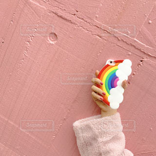 インスタで話題のピンクの壁と虹のスマホケースの写真・画像素材[1649129]