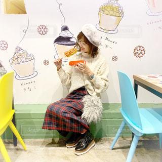 原宿大人気の韓国グルメチーズドッグを食べる女性の写真・画像素材[1649153]