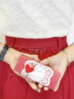 プレゼントを渡そうとドキドキしている女性の手元の写真・画像素材[1653483]
