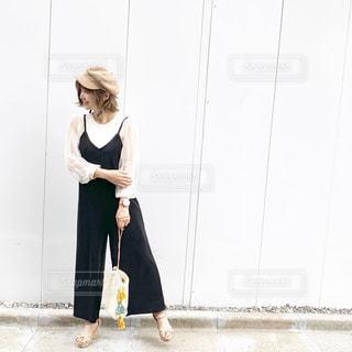 モノトーンコーデの横向きの女性の写真・画像素材[2180947]