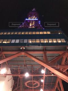 夜にライトアップしたビルの写真・画像素材[2121923]