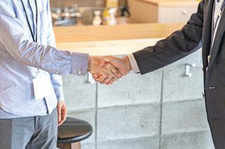 ビジネスマンが握手しているところの写真・画像素材[2294807]