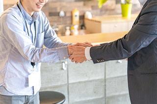 硬い握手をしているビジネスマンの写真・画像素材[2294808]