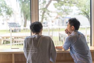 カウンターに座る男性の後ろ姿の写真・画像素材[2298827]