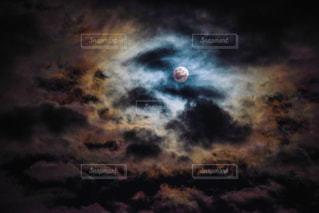 暗い空の月の写真・画像素材[2418242]