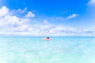 海に浮かぶ少女の写真・画像素材[2715337]