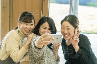 自分撮りをする女性グループの写真・画像素材[2721237]