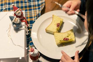 皿の上にケーキの写真・画像素材[2856036]