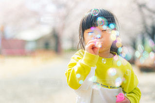 シャボン玉を吹く少女の写真・画像素材[3109139]