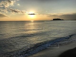 水の体に沈む夕日の写真・画像素材[2124001]