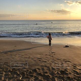 浜辺の子どもの写真・画像素材[2124003]