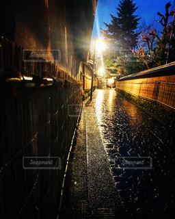 雨の中の夜の都市の眺めの写真・画像素材[2122849]