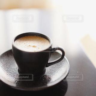 テーブルの上のコーヒーの写真・画像素材[2122988]