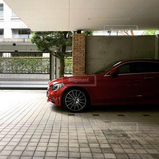 建物の前に駐車した高級車の写真・画像素材[2122993]